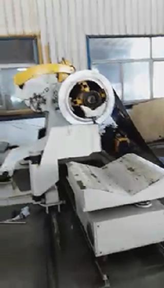圆边落料生产线 大型重型材料架+偏摆送料机